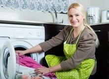 Mädchen, das Waschmaschine verwendet Stockfoto