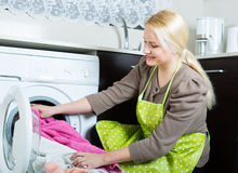 Mädchen, das Waschmaschine verwendet Stockfotos