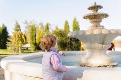 Mädchen, das Wasser betrachtet Lizenzfreies Stockbild