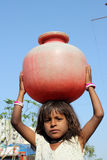 Mädchen, das Wasser erhält Lizenzfreie Stockbilder