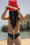 Mädchen, das Wasser spielt stockfotos