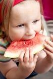 Mädchen, das Wassermelone isst stockfoto