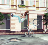 Mädchen, das weg ihr Fahrrad fällt Stockfotografie