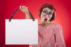 Mädchen, das weiße leere Karte hält Lizenzfreies Stockfoto