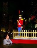 Mädchen, das Weihnachtsspielzeugsoldaten genießt Lizenzfreie Stockfotografie