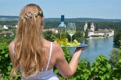 Mädchen, das Wein und Trauben auf der Platte hält Stockbilder