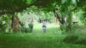 Mädchen, das wie man ein Fahrrad lernt, reitet stock video footage