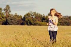 Mädchen, das in Wiese, Freiheit läuft lizenzfreie stockbilder
