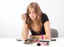 Mädchen, das Wimperntusche anwendet Stockfotografie