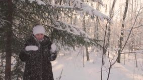 Mädchen, das in Winterpark geht Stellt den Schnee von den Bäumen zurück Unterhaltung draußen im Winter stock video footage