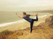Mädchen, das Yoga auf einem Berg tut stockbilder