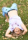 Mädchen, das Yoga auf Wiese ausübt Lizenzfreie Stockfotografie