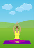 Mädchen, das Yoga in einem Park tut Lizenzfreies Stockfoto