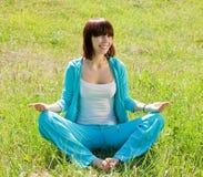 Mädchen, das Yoga gegen Natur tut Lizenzfreie Stockfotografie