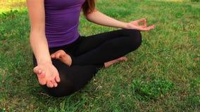 Mädchen, das Yoga im Park tut stock video footage