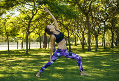 Mädchen, das Yoga im Park tut Lizenzfreies Stockfoto