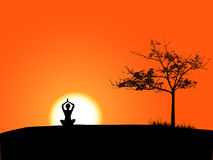 Mädchen, das Yoga im Sonnenuntergang tut Stockbilder