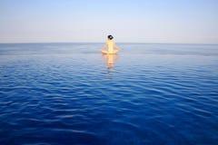 Mädchen, das Yoga mit Seeansicht tut