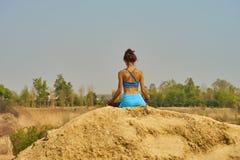 Mädchen, das Yoga tut Stockfoto