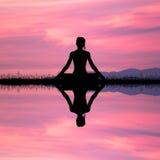 Mädchen, das Yoga tut vektor abbildung