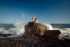 Mädchen, das Yoga tut Ozean im Hintergrund Stockfotografie