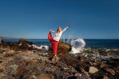 Mädchen, das Yoga tut Ozean im Hintergrund Stockbild