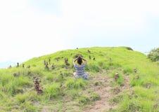 Mädchen, das Yoga unter Steinstapeln auf Padar-Insel ausübt Stockfotos