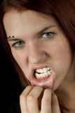 Mädchen, das Zähne zeigt Stockfoto