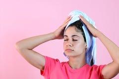 Mädchen, das Zeit am Badekurort genießt Lizenzfreie Stockbilder