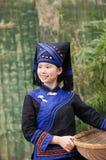 Mädchen, das Zhuang kleidet, um die Bauernhofarbeit zu erledigen trägt Lizenzfreie Stockfotos
