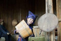 Mädchen, das Zhuang kleidet, um die Bauernhofarbeit zu erledigen trägt Lizenzfreies Stockfoto