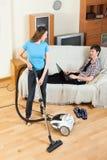 Mädchen, das Zimmerreinigung mit vaccuum Reiniger tut Stockfoto