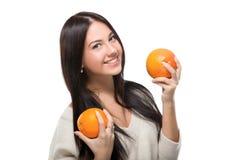 Mädchen, das Zitrusfrucht hält Stockbild