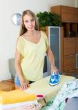 Mädchen, das zu Hause bügelt Stockfoto