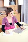 Mädchen, das zu Hause an Laptop arbeitet Stockbilder