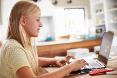 Mädchen, das zu Hause Laptop-Computer verwendet Stockfotos