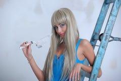 Mädchen, das zu Hause Reparaturen tut Lizenzfreies Stockfoto