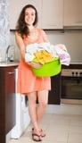 Mädchen, das zu Hause Waschmaschine verwendet Stockfotografie