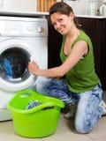 Mädchen, das zu Hause Waschmaschine verwendet Lizenzfreie Stockbilder