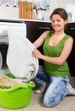 Mädchen, das zu Hause Waschmaschine verwendet Lizenzfreies Stockbild