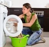 Mädchen, das zu Hause Waschmaschine verwendet Lizenzfreie Stockfotos