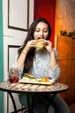 Mädchen, das zu Mittag isst Lizenzfreie Stockfotografie