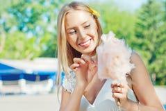 Mädchen, das Zuckerwatte isst Stockfoto