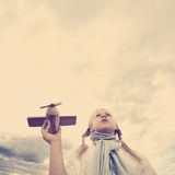 Mädchen, das zum Himmel - zukünftiges Konzept schaut Stockfoto