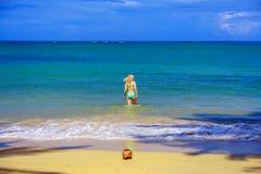 Mädchen, das zum Meer geht Stockbilder