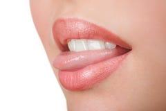 Mädchen, das Zunge zeigt Lizenzfreie Stockfotografie