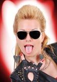 Mädchen, das Zunge zeigt lizenzfreie stockfotos