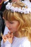 Mädchen, das zur ersten heiligen Kommunion geht Lizenzfreies Stockbild