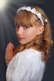 Mädchen, das zur ersten heiligen Kommunion geht Stockbilder