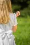 Mädchen, das zur ersten heiligen Kommunion geht Lizenzfreie Stockbilder